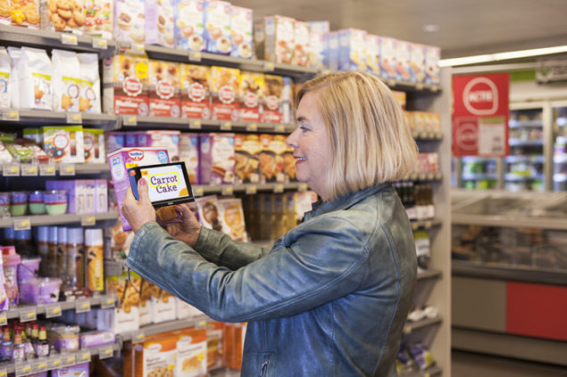 optelec-compact-6-hd-speech_viewing-packaging-with-ocr-in-supermarket_lr