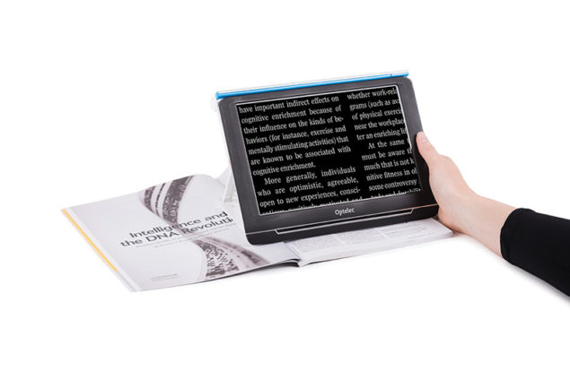 Optelec Compact 10 HD_Reading a magazine