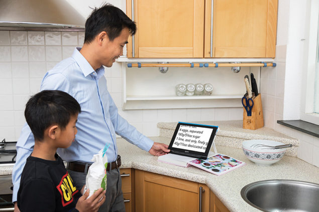 Optelec Compact 10 HD_Reading a recipe with son