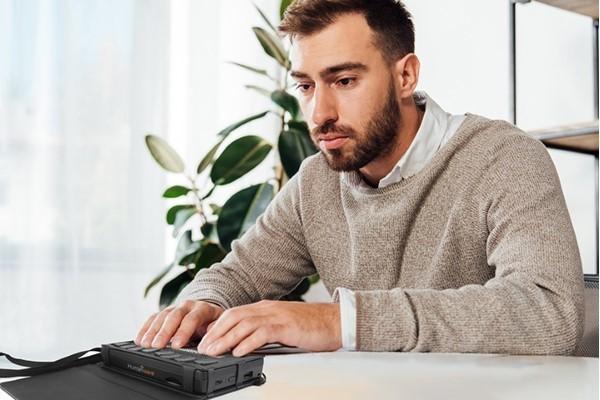 Brailliant BI 20x Person typing