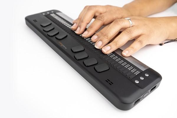 Brailliant BI 40X hands typing